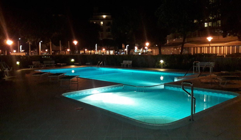 evereste piscina notte